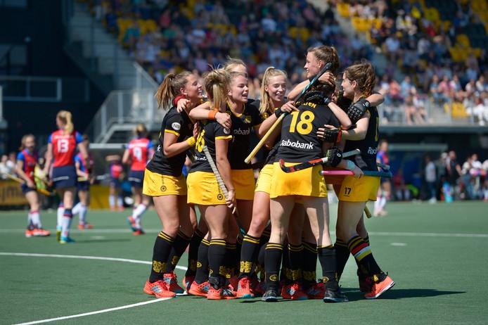 Vrouwen HC Den Bosch vieren het behalen van de finale.