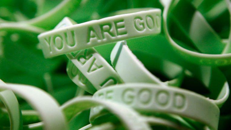 Polsbandjes met daarop de tekst 'you are good'. Met het siliconen bandje laat de drager zien tegen pesten te zijn Beeld anp