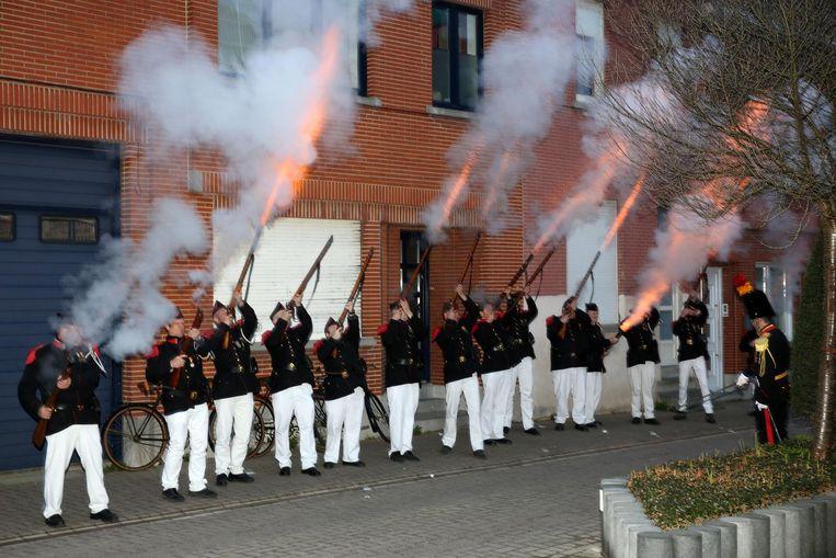Schutters van de Koninklijke Soldatenclub lossen een schot aan het oud-gemeentehuis van Lembeek.