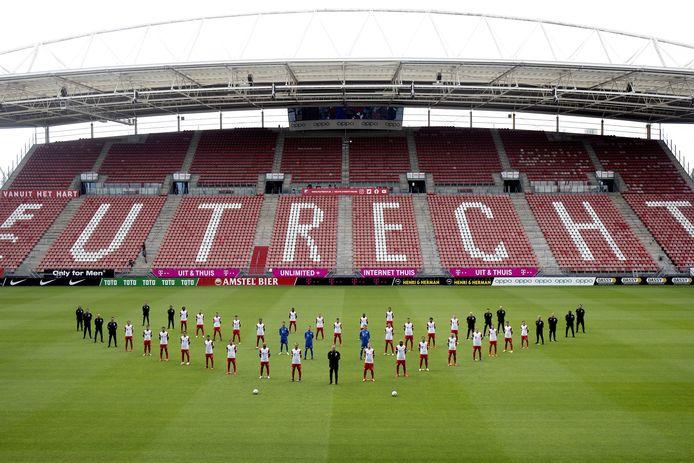 De selectiefoto van FC Utrecht werd vorige week gemaakt met afstand tussen alle spelers.