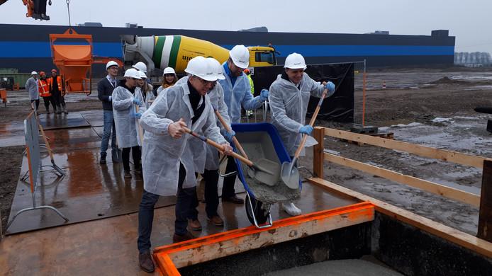Eigenaren van webshops storten beton voor het nieuwe fulfilmentcenter van Bol.com in Waalwijk