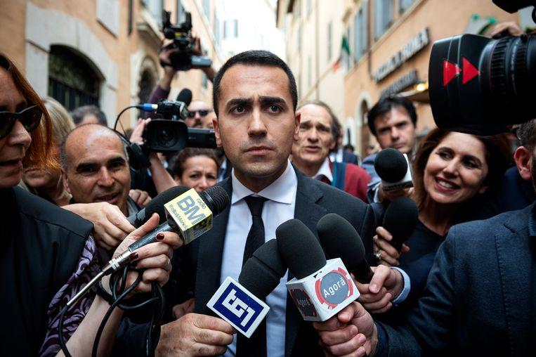Luigi di Maio, leider van de Vijfsterrenbeweging, staat de pers in Rome te woord over formatieonderhandelingen die zijn partij voert met de Lega-partij.  Beeld Getty Images