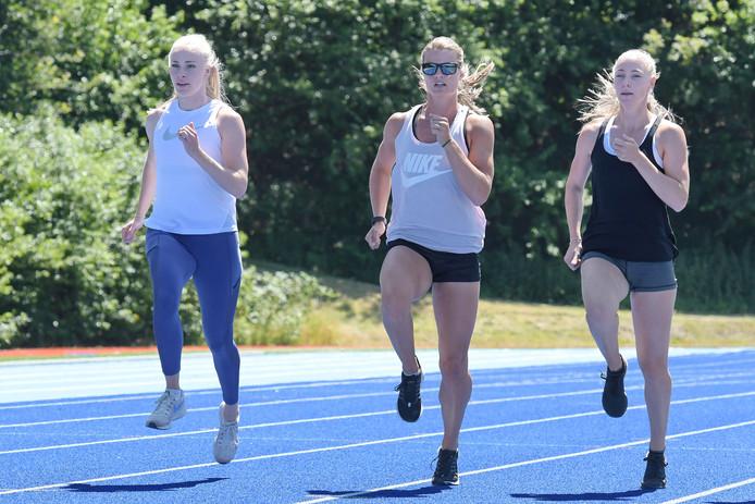 Eefje Boons (rechts) was vorige week nog wel aan het trainen op Papendal voor de 4x100 meter sprintestafetteploeg, samen met Marije van Hunenstijn en Dafne Schippers. De hordeloopster kampt met een achillespeesblessure.