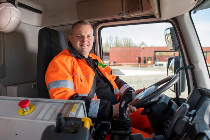 Vuilnisman Ruud Nagtegaal en zijn Zutphense collega's kunnen vrijdagochtend hun tanden zetten in een gratis broodje bal, ter beschikking gesteld door cateringbedrijf De Ruif.