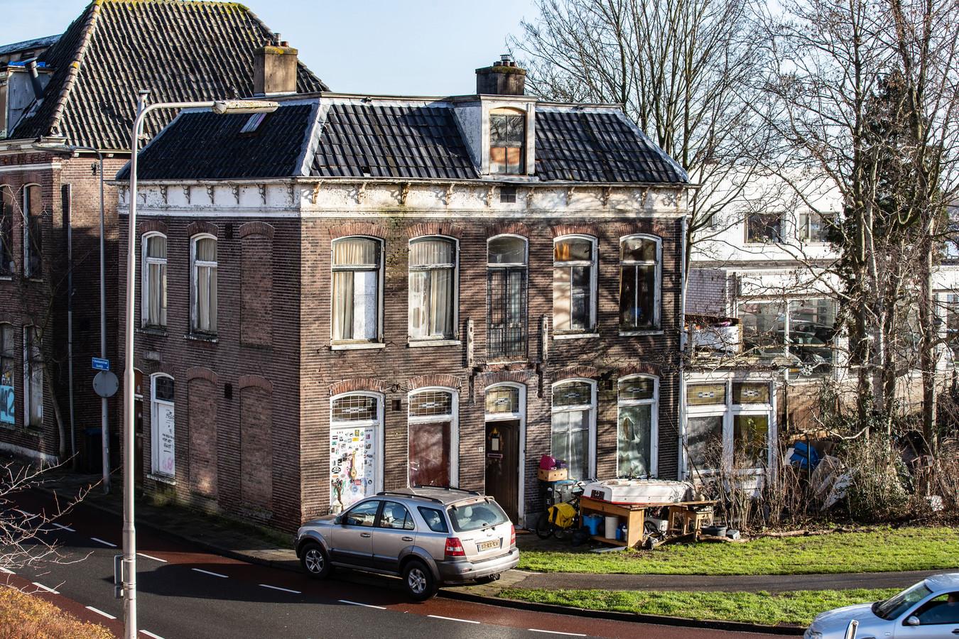 De paupervilla aan de Bovenhavenstraat, nog steeds bewoond door krakers.