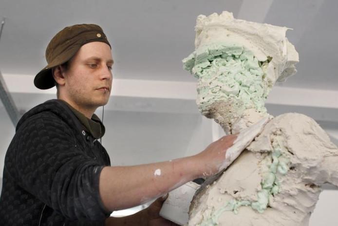 Jasper van der Burgh werkt aan een beeld van een politieman, naar model van de DDR-politie. foto Ab Hakeboom