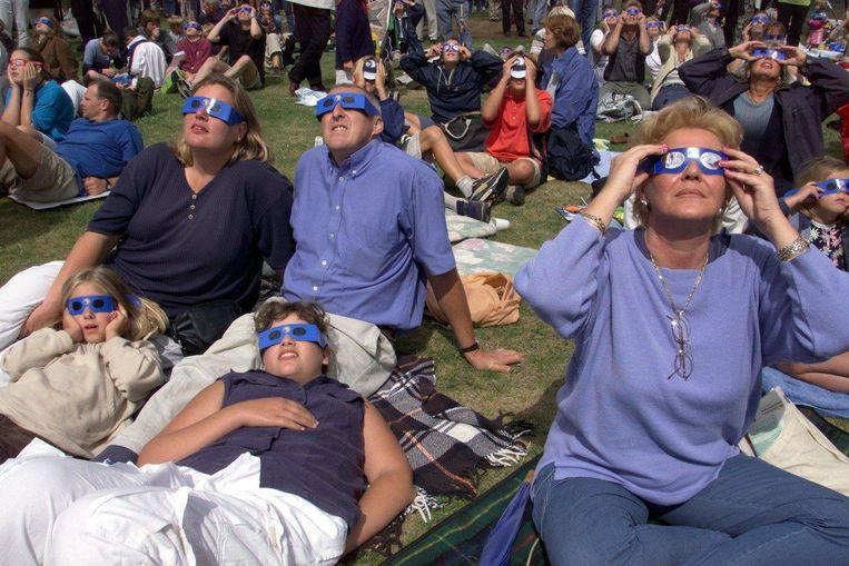 Bezoekers van de Space Expo bekijken in 1999 de zonsverduistering. Beeld anp