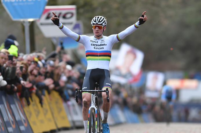 Van der Poel steekt zijn handen in de lucht in Lille.