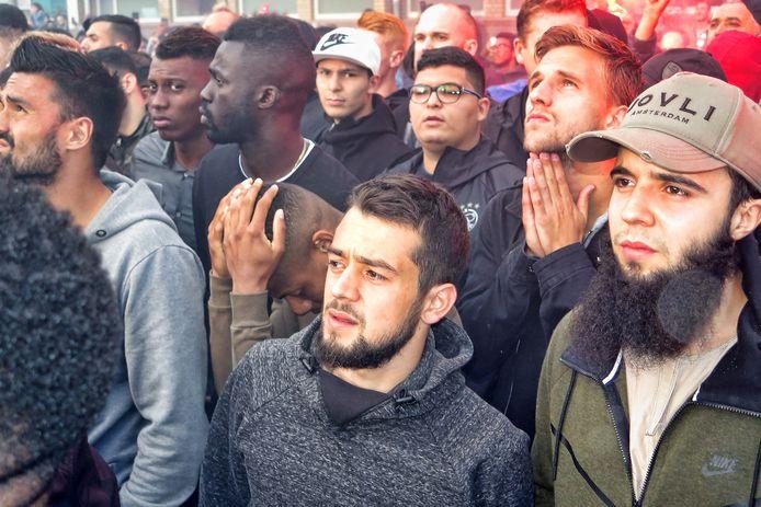 Spelers van Ajax bidden en treuren. Rechts een van de broers van Abdelhak Nouri.