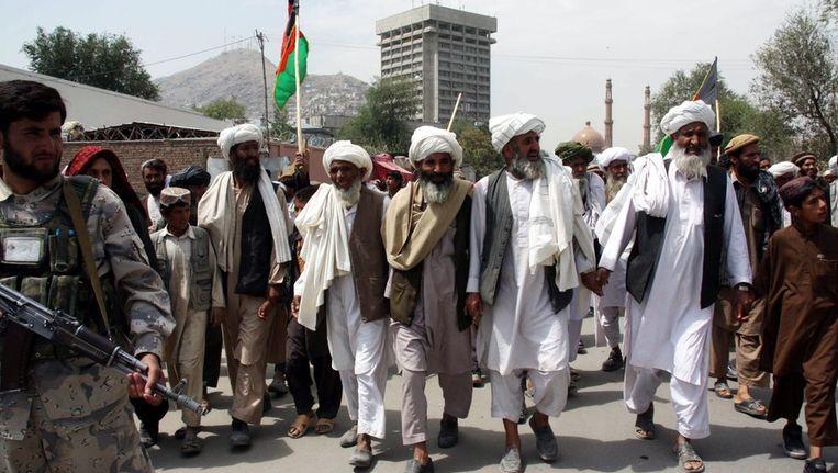 Aanhangers van voormalig parlementsleden liepen deze week van de provincie Wardak naar Kabul, om te protesteren tegen het uitsluiten van 9 parlementsleden door de Afghaanse kiescommissie. © epa Beeld null
