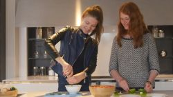 Modellen voor de laatste keer in de keuken voor een frisse Mexicaanse salade met guacamole