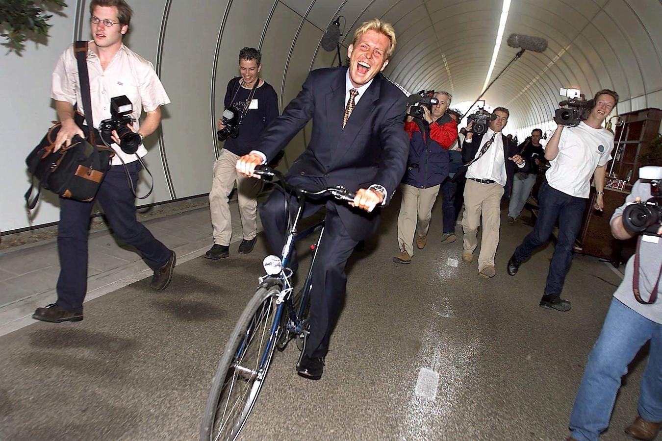 Willem-Alexander, destijds kroonprins, opende de langzaamverkeertunnel in 1999 en proestte het uit van de lach.