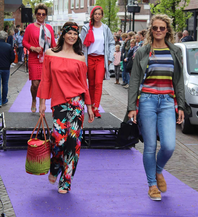 Modeshow Losser tijdens de Boerenmarkt