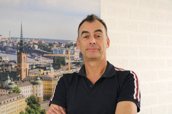 John van Uden bij een foto van songfestivalstad Stockholm.