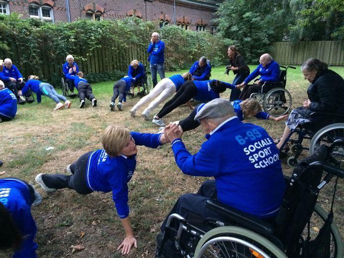 De sportactiviteiten moeten senioren beweging én sociale contacten brengen.