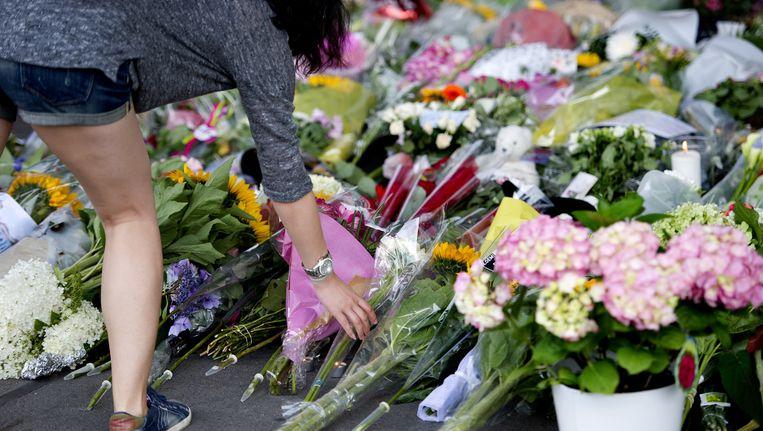 Bloemen bij een geïmproviseerde gedenkplaats op Schiphol. Beeld getty