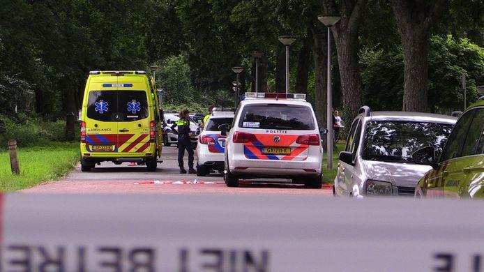 De politie rukte met vijf wagens en agenten in kogelwerende vesten uit naar de Zuidhollandlaan in Enschede, voor een schietincident waarbij een man gewond raakte.