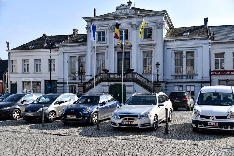 Ook het dak van Galerie De Fontein (links) zal vernieuwd worden.