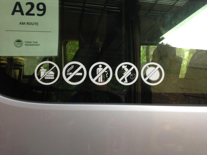 Naast eten, roken, en afval achterlaten, is het nu ook verboden om scheten te laten in de bus. Het eten van 'durian' oftewel de stinkvrucht mag ook niet in het openbaar vervoer (plaatje rechts).