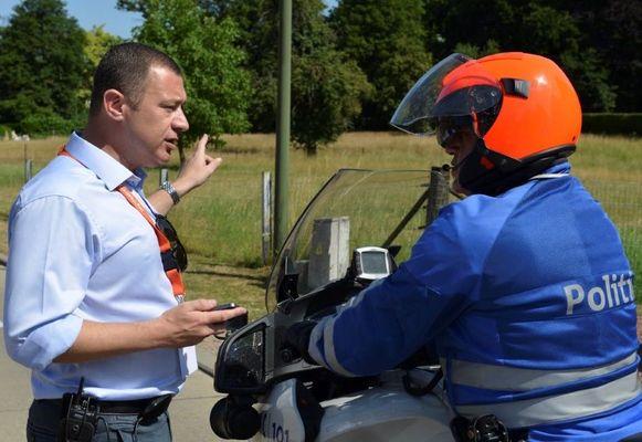 Burgemeester Peter Reekmans (links) vaardigt het politiereglement uit.