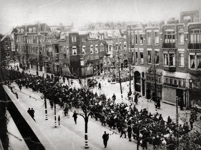 Razzia van mannen en vrouwen op de Oudedijk te Rotterdam, Nederland 10 november 1944.