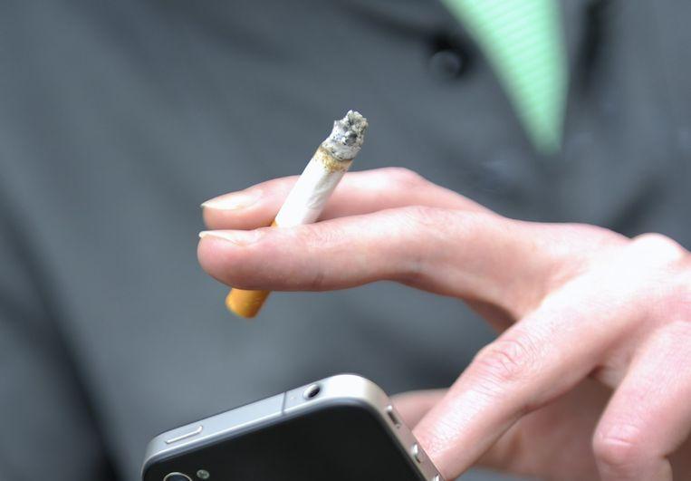 Een roker houdt een sigaret vast. Beeld anp