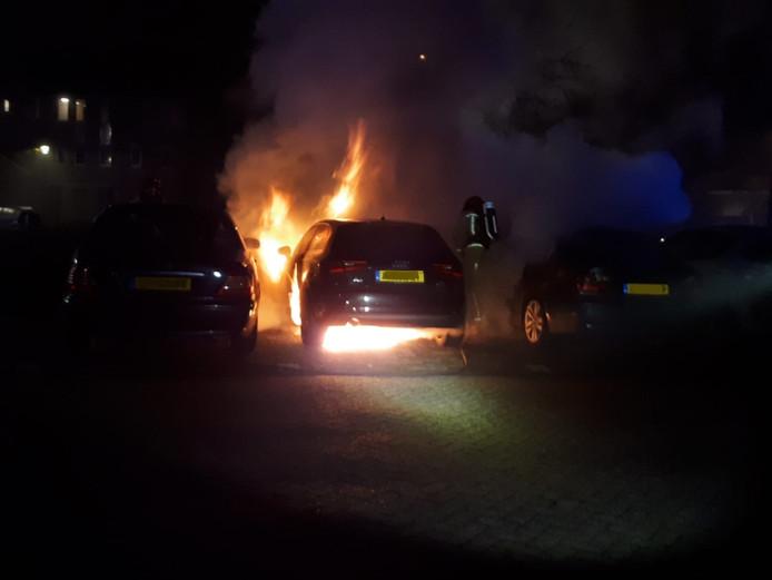 De twee auto's naast de brandende auto liepen schade op.
