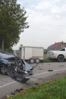 Automobilist knalt hard op andere auto in Axel