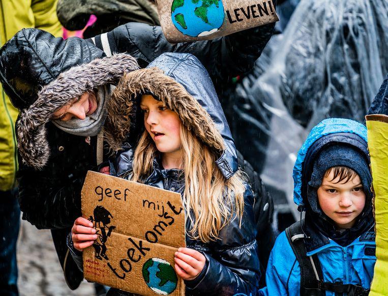 De regen houdt de mensen niet tegen om te lopen voor het klimaat.  Beeld Freek van den Bergh