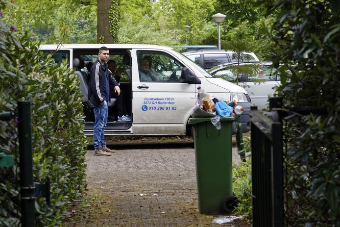 Roemenen die in een paviljoen van Haarendael woonden, werden bij de verhuizing opgehaald met busjes.
