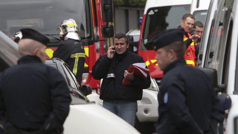 De politie heeft de buurt afgesloten en elite-eenheden hebben de woonst van de hoofdverdachte omsingeld.