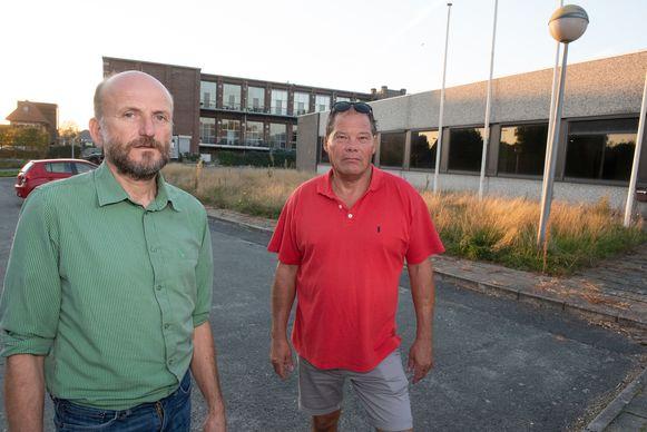 Steven Bettens en buurtbewoner Dirk Gezels bij de oude Sancolux-fabriek waar de bouwpromotor het project wou realiseren.