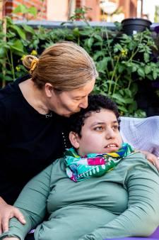 Familie raakt dakloos na brand bij buren: gehandicapte dochter slaapt twee nachten in de tuin