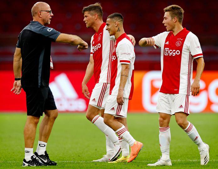 RKC-coach Fred Grim begroet Klaas-Jan Huntelaar, Antony en Carel Eiting na de 6-1 van zaterdagavond in de Johan Cruijff Arena.