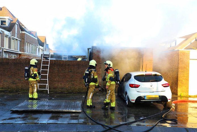 Flinke schade na de garagebrand in Dongen. De auto raakte aan de voorkant flink beschadigd.