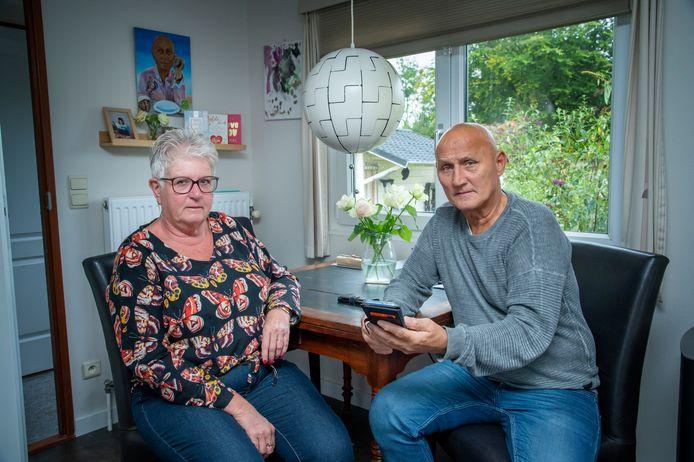 Marja van den Heuvel en Dick van der Tas kregen ineens 4500 euro teruggestort van de 6750 euro die zij hadden overgemaakt aan een WhatsApp-oplichter.