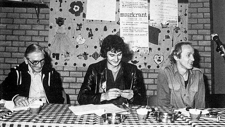 De jonge advocaat Van der Laan (midden) rolt een sjekkie bij een bijeenkomst over wonen in de Admiralenbuurt, 1979. Beeld Sjoerd Holsbergen