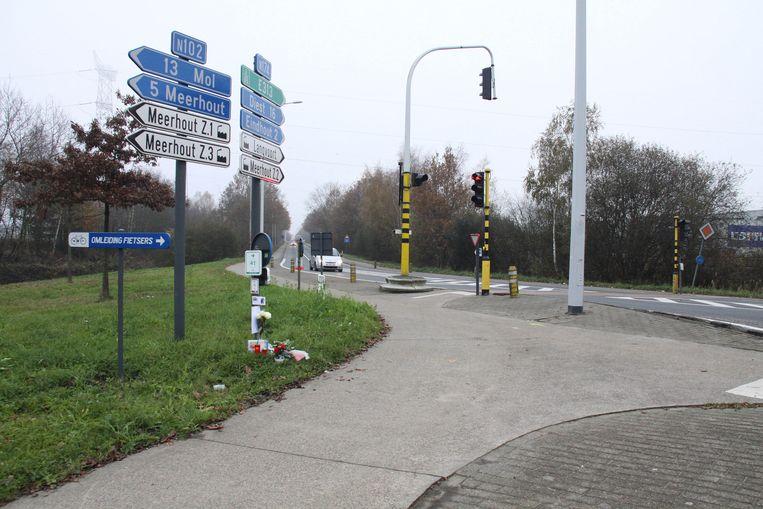 Op het kruispunt waar het meisje werd aangereden, liggen bloemen.
