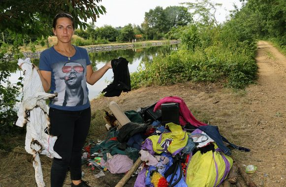 Jessy Remmers met haar verbrande tent en spullen (archieffoto).