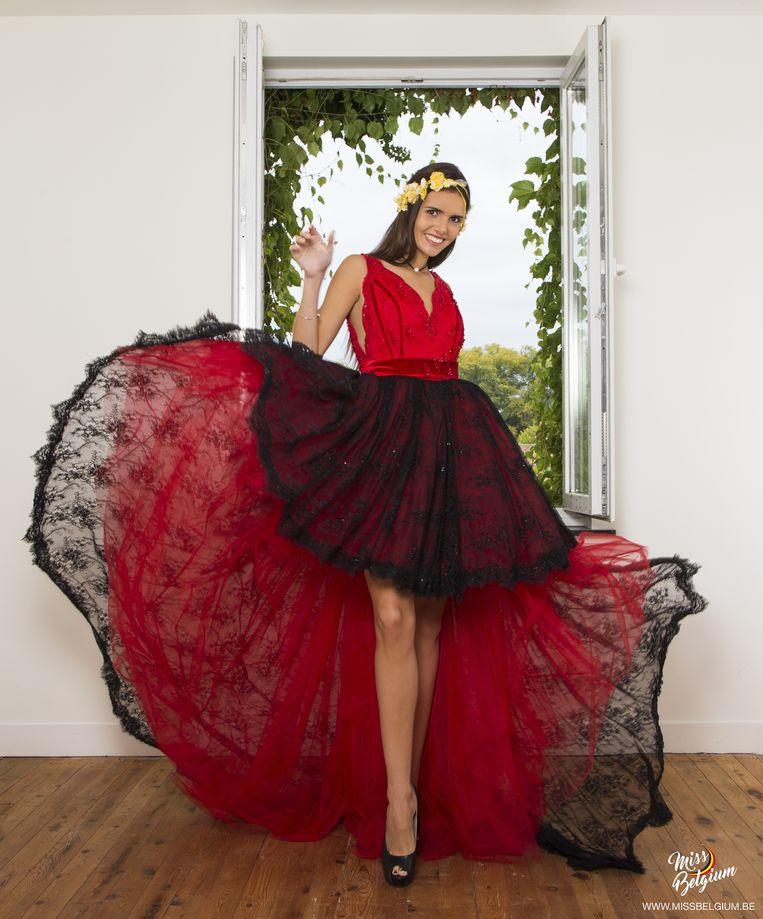 Het nationaal kostuum is kort vooraan zodat onze Miss er haar volksdanskunsten mee kan showen.