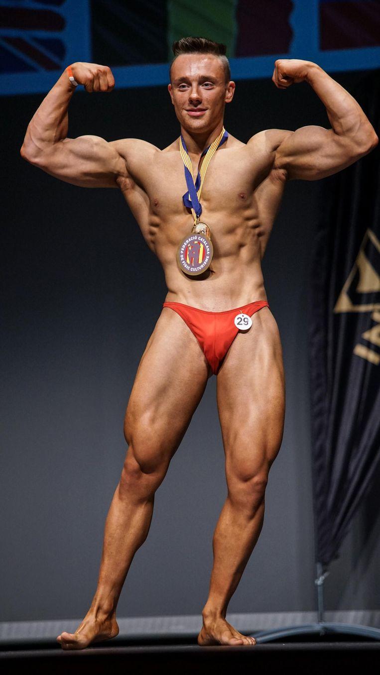 Alessio Debal showt zijn spieren.