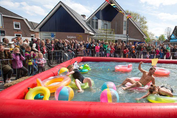 De Slag um Heldern, een sportief gebeuren waarbij de deelnemende teams allerlei rare opdrachten moeten uitvoeren, keert terug in Hellendoorn.