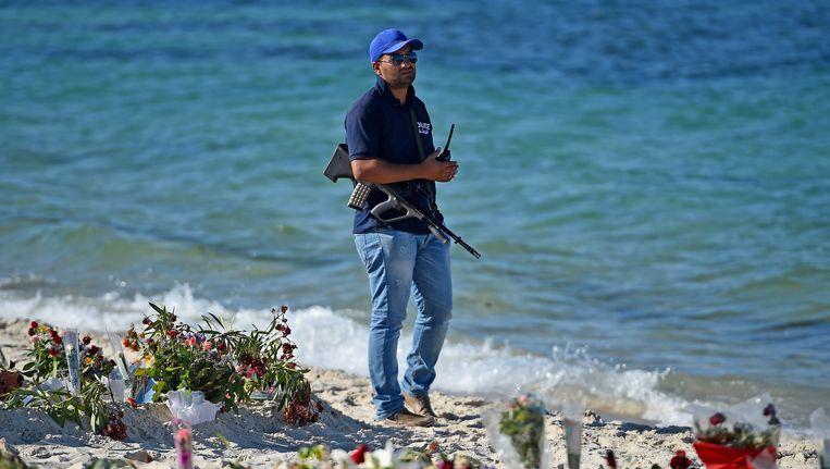 Bloemen op het strand voor de slachtoffers. Beeld getty