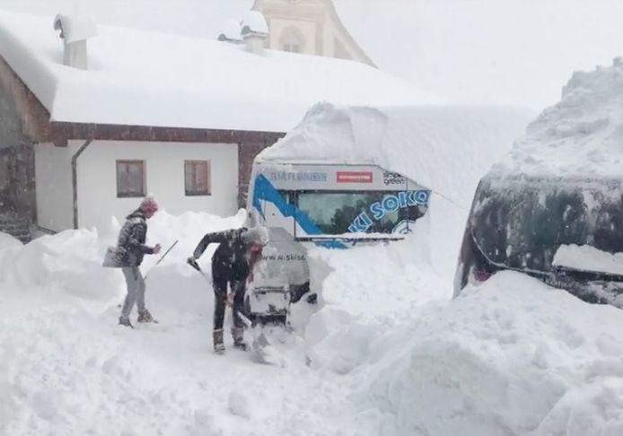 Mensen graven hun voertuig uit in Obertillach, vlakbij de Italiaanse grens in Oostenrijk.