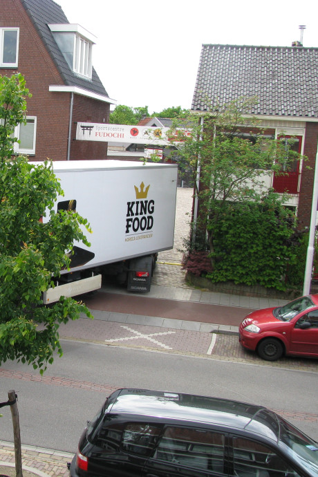 En weer schampt een truck het huis van Bas