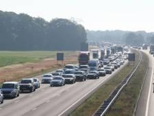 Auto ondersteboven op A1 bij Apeldoorn, weg weer vrij