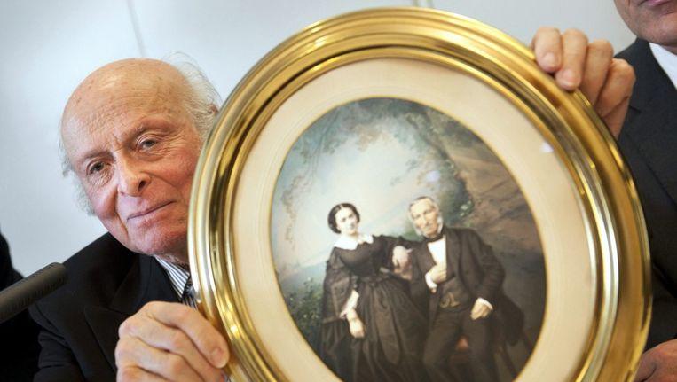 Buddy Elias, 86, neef van Anne Frank houdt een foto met zijn betbetovergrootouders uit de collectie in Bazel vast Beeld epa
