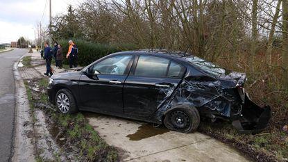 Bestuurster gewond na crash tegen paal