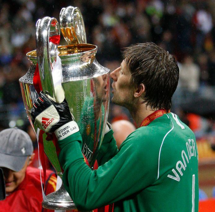 Edwin van der Sar kust de Champions League-beker.