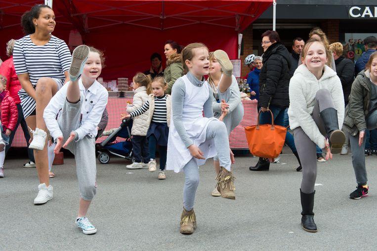 De Flashmob van Dance Industries op de Willebroekse markt.